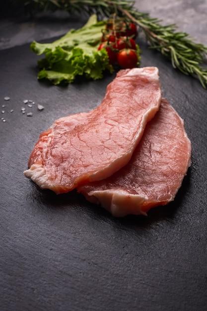 Крупным планом вид сырого мяса концепции Premium Фотографии