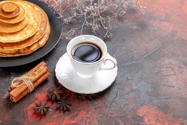 ふわふわのパンケーキと白いカップのお茶のクローズアップ 無料写真