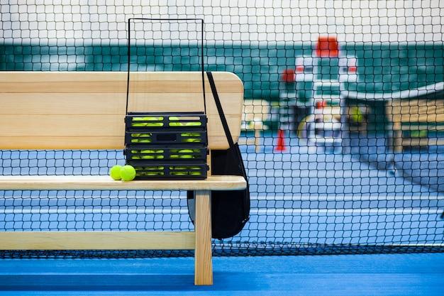 Крупным планом вид теннисного корта через сетку, мячи и ракетку Бесплатные Фотографии