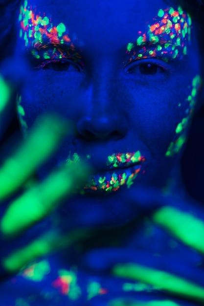 蛍光化粧を持つ女性のクローズアップビュー 無料写真