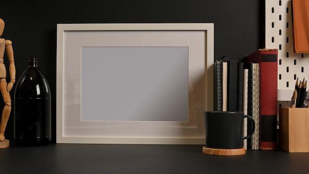 프레임 편지지 장식을 모의로 작업 테이블의 뷰를 닫고 홈 임원 방에 공간을 복사 프리미엄 사진