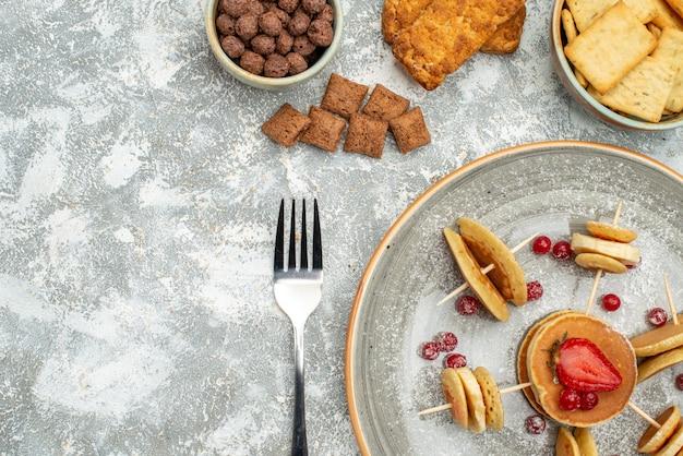 青にチョコレートとクッキーとおいしいパンケーキのクローズアップビュー 無料写真