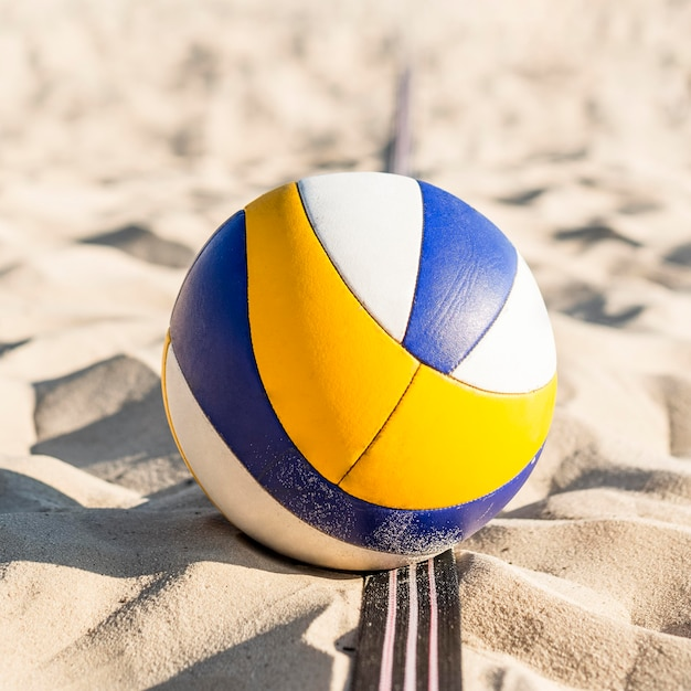 Primo piano di pallavolo sulla sabbia della spiaggia Foto Gratuite