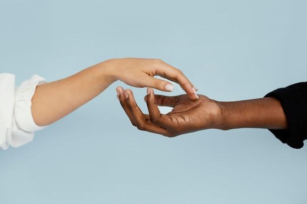 근접 흰색과 검은 색 손 무료 사진