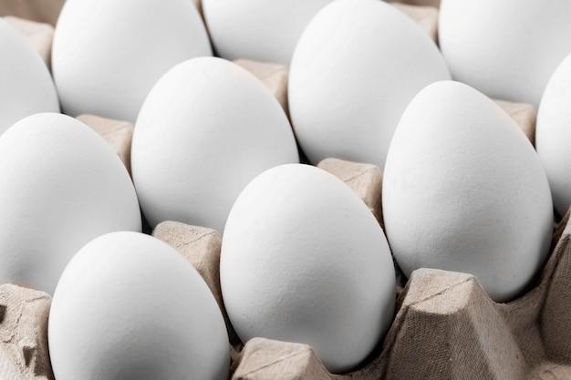 Крупный план белых яиц в коробке Premium Фотографии
