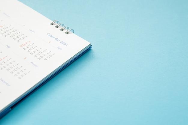 テーブルの上の白い紙の卓上カレンダーを閉じる Premium写真