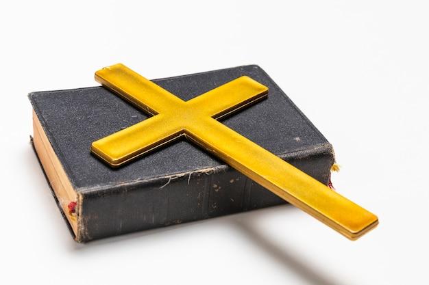 神聖な本とクロスでクローズアップ 無料写真