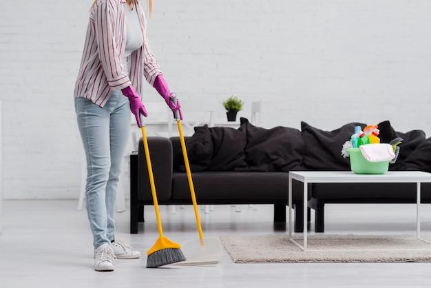 Крупным планом женщина, чистить дома Premium Фотографии