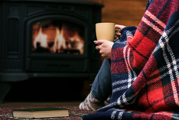 Donna del primo piano coperta in coperta Foto Gratuite