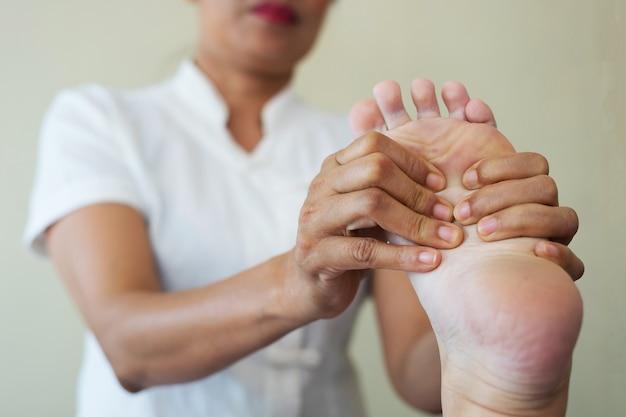 Close-up of woman doing foot massage at spa. Free Photo