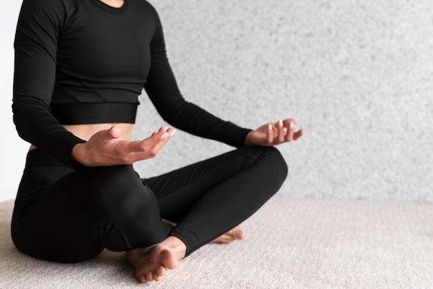 Крупным планом женщина делает позу йоги Бесплатные Фотографии