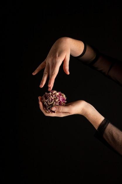 花を持っているクローズアップの女性 無料写真