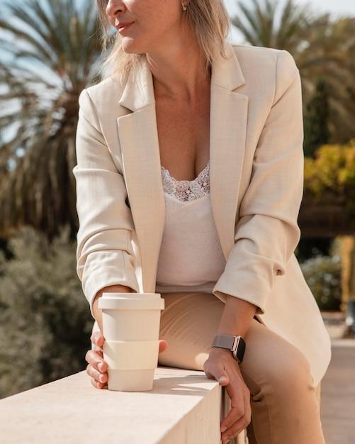コーヒーカップを保持しているクローズアップの女性 無料写真