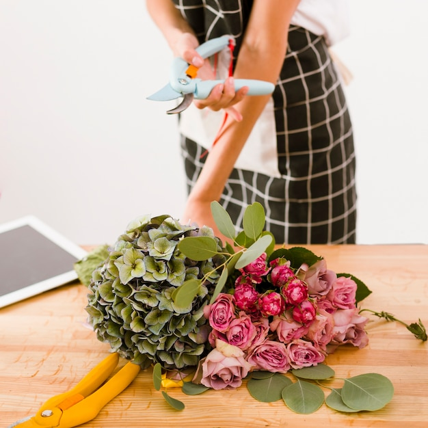 Close-up woman holding a flower scissors Free Photo