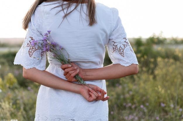 花の花束を保持しているクローズアップの女性 無料写真