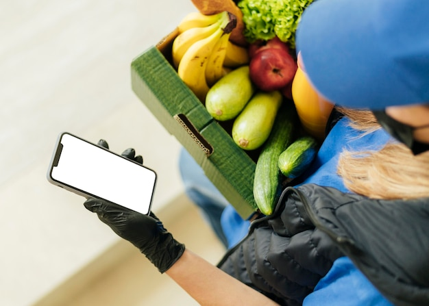Крупным планом женщина держит ящик с едой Бесплатные Фотографии
