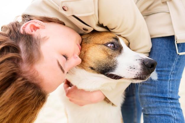 Крупным планом женщина обнимает ее милая собака Бесплатные Фотографии