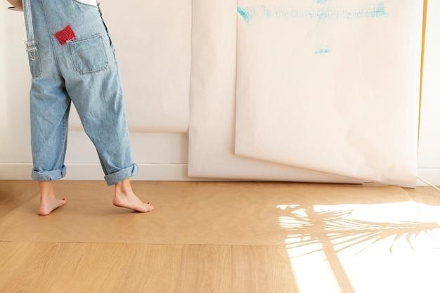 Крупным планом женщина в комбинезоне в помещении Бесплатные Фотографии