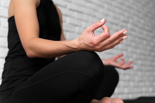 Крупным планом женщина в позе йоги Бесплатные Фотографии