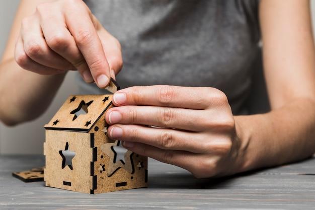 Primo piano della donna che fa casa fatta a mano sul tavolo Foto Gratuite