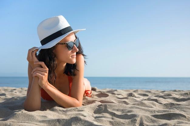 Крупным планом женщина на пляже, глядя Бесплатные Фотографии
