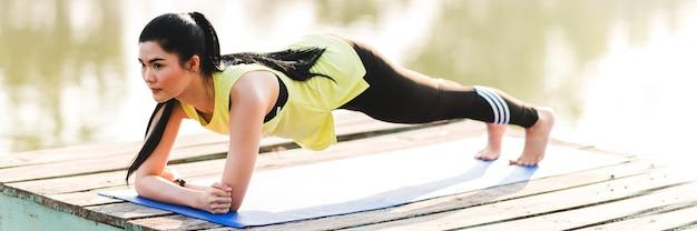 板朝公園を練習している女性をクローズアップ Premium写真