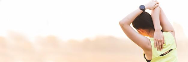 朝の公園でヨガをやってヨガを練習している女性をクローズアップ Premium写真