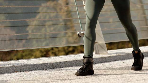 Primo piano della donna in abbigliamento sportivo Foto Gratuite