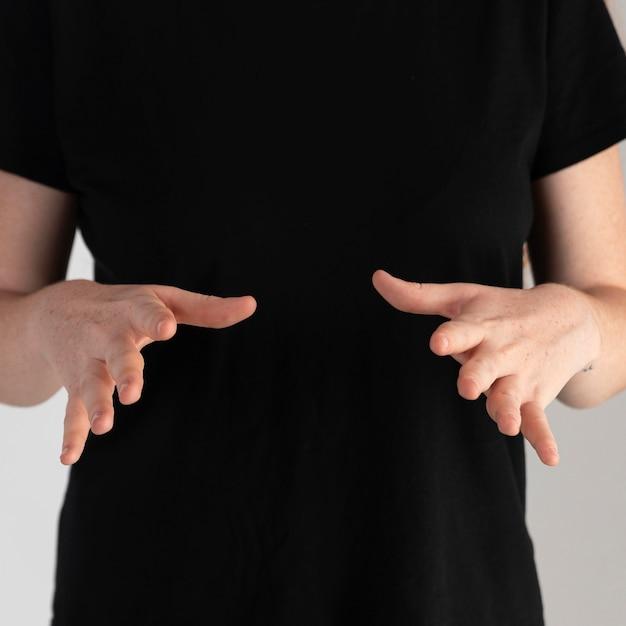 手話を教えるクローズアップの女性 無料写真