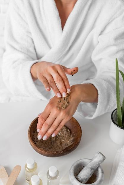 Donna del primo piano che prova le mani rimedio Foto Gratuite
