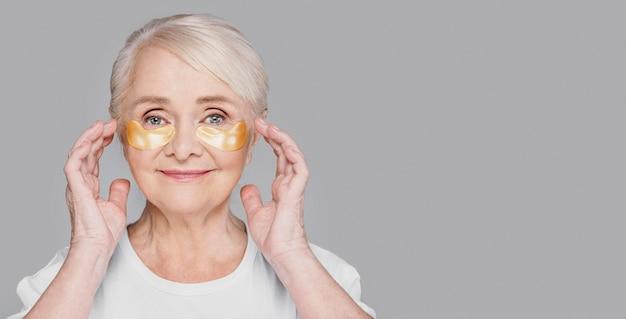 Close-up donna utilizzando bende sugli occhi Foto Gratuite