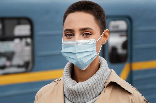 Close-up donna che indossa la maschera Foto Gratuite