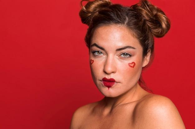 빨간 립스틱을 입고 근접 여자 프리미엄 사진
