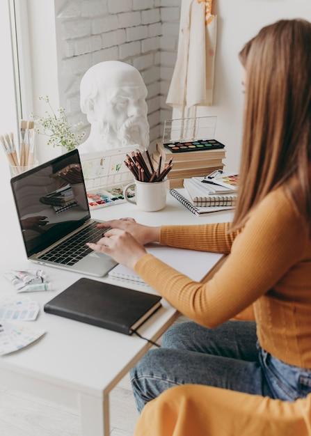 노트북에서 일하는 클로즈업 여자 프리미엄 사진