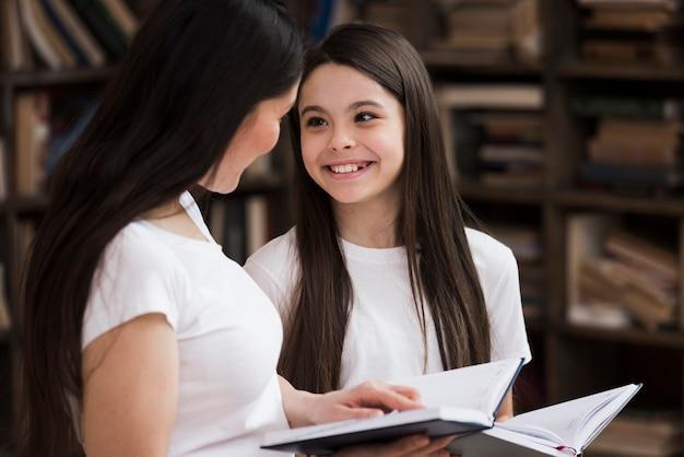 Sorridere della donna e della ragazza del primo piano Foto Gratuite