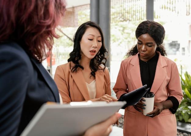 仕事について話し合うクローズアップの女性 無料写真