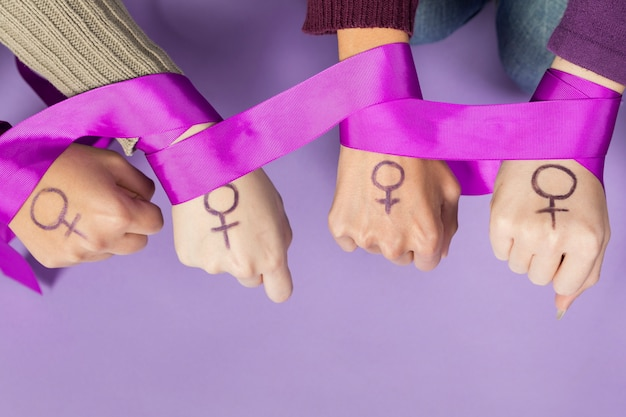 Close-up women hands with feminism symbol Free Photo