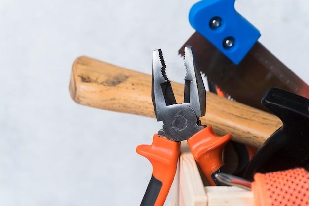 さまざまなツールとクローズアップ木製ツールボックス 無料写真