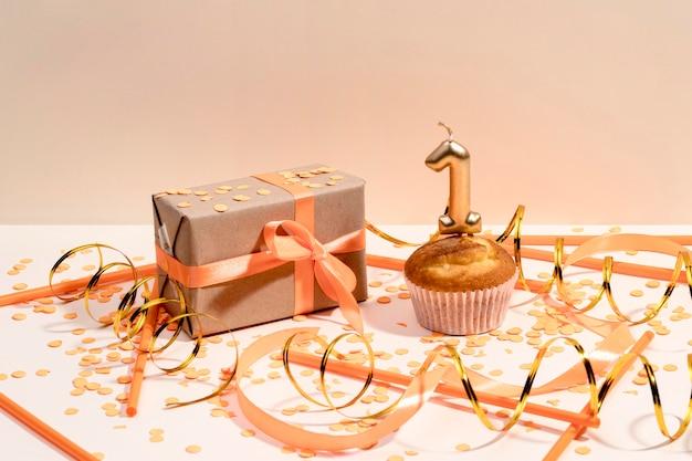 Подарочная коробка на столе Premium Фотографии
