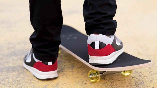 Макро молодой мальчик на скейтборде Бесплатные Фотографии