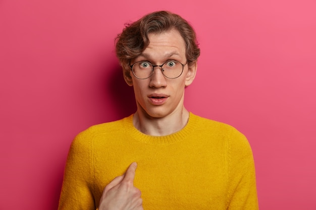 Close up on young man wearing glasses isolated Free Photo