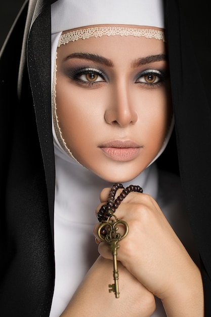 Close up young muslim woman in hijab black clothes kept the key in his hand Free Photo