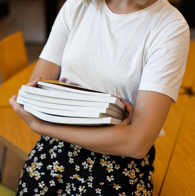 Libri della holding della giovane donna del primo piano Foto Gratuite