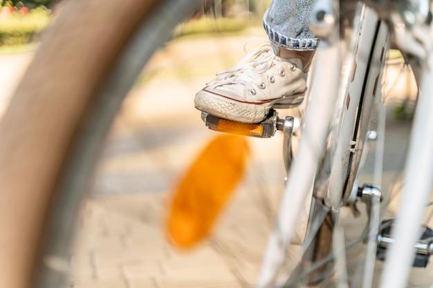 Крупным планом молодая женщина, езда на велосипеде Premium Фотографии