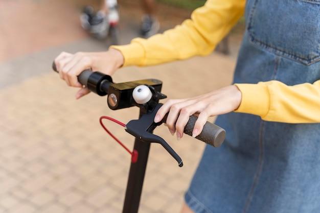 Крупным планом молодая женщина на скутере Бесплатные Фотографии