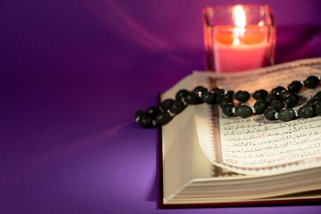 Close view quran with candle Free Photo