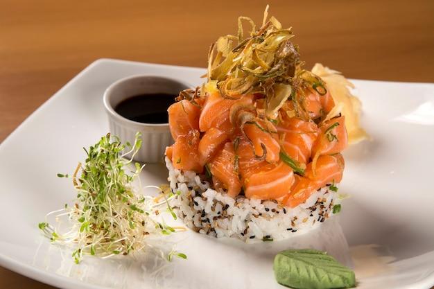 Закрытые тарелки салата с кусочками сырого лосося. Premium Фотографии