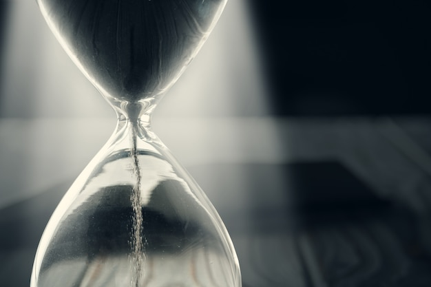 背景に砂時計または砂時計のクローズアップ Premium写真