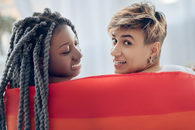 近さ。恋をしている虹の2人の若い女の子 Premium写真