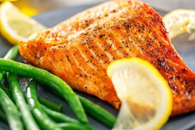 Closeup of baked salmon fish with green beans Free Photo